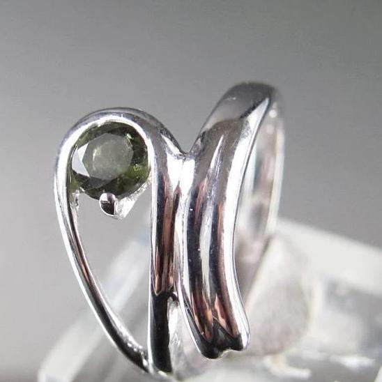 Round, soft and smooth design for this 925 Sterling Silver ring with a beautifulful faceted Moldavite eye shaped stone incarnated in itself.